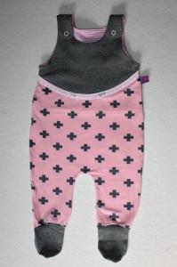 Niedlicher Babystrampler rosa mit grauen Kreuzen Gr. 62