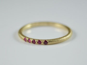 Feiner 585er Goldring mit Rubine/ zarter, eleganter und zeitloser Ring
