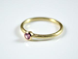 Feiner 585er Goldring mit Pink-Saphir zarter, eleganter und zeitloser