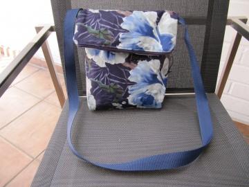 Schultertasche,Foldover, BW,blaue und hellblaue Blumen auf dunkelblau Blüten - Handarbeit kaufen