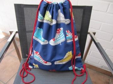 Sportbeutel, Rucksack,bunte Turnschuhe auf blau - Handarbeit kaufen