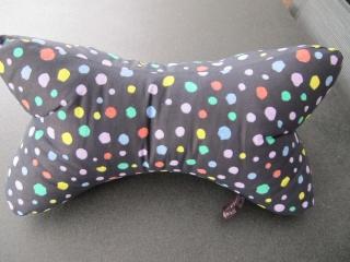 Leseknochen,Nackenkissen,farbige Punkte auf schwarz