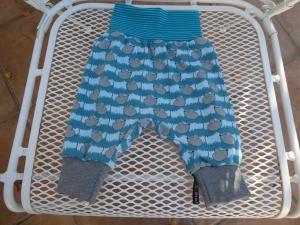 Handgearbeitete Babypumphose ,kleine graue Mäuse auf grün und hellblauem Hintergrund - Handarbeit kaufen