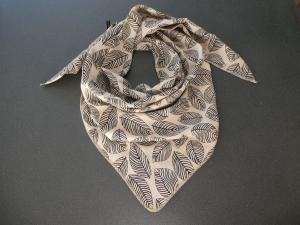 Dreieckstuch aus Musselintuch -  schwarz-schraffierte Blätter auf Khaki, doppelt genäht - Handarbeit kaufen