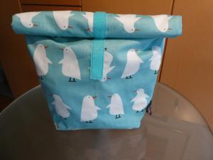 Lunchbag - Rolltasche - Kulturtasche  ,weiße Pinguine auf mint