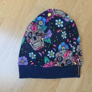 Beanie,BW-Jersey  ,bunte mexikanische Skulls auf dunklelblauem Hintergrund