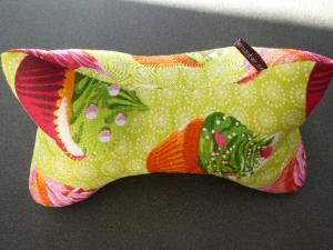 Leseknochen,Nackenkissen ,bunte Cupcakes auf hellgrünem Hintergrund  - Handarbeit kaufen