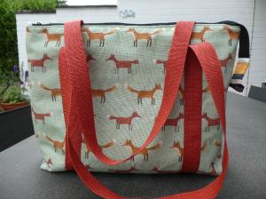 Ausgefallene ,handgearbeitete Schultertasche ,kleine Füchse auf hellgrün - Handarbeit kaufen