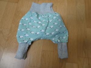 Handgearbeitete Babypumphose ,kleine weiße Schäfchen auf mint - Handarbeit kaufen