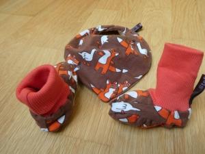 Babyset:Handgearbeitete Babyschühchen bzw. Babyschlüppchen plus Halstuch.Fuchs und Gans auf braun.