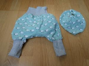 Babyset:Handgearbeitete  Babypumphose plus Halstuch.  Kleine weiße Schäfchen auf mint - Handarbeit kaufen
