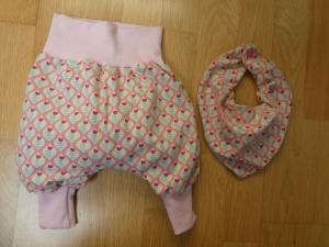 Babyset:Handgearbeitete  Babypumphose plus Halstuch. kleine stilisierte Tulpen auf rosa