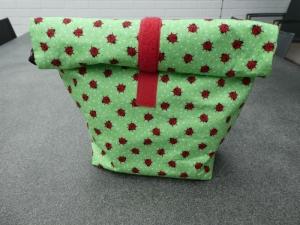 Lunchbag - Rolltasche - Kulturtasche ,kleine Marienkäfer auf hellgrün weiß gepunktetem Hintergrund