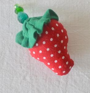 Stofferdbeere als Brosche,Erdbeerbrosche,Dirndlschmuck,Textilschmuck