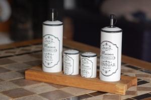 Salz- und Pfefferstreuer, Essig und Öl auf Eichenunterlage  - Handarbeit kaufen