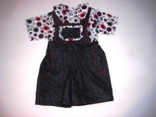 modische Jeanslatzhose mit passender geblümter Bluse für Puppen von einer Größe 40- 45 cm