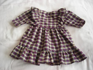 kariertes Puppenkleid mit Rüsche an den Armansätzen für eine Größe von 55 bis 60 cm