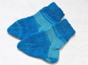 Babywollsocken für Neugeborene blau geringelt handgestrickt  - Handarbeit kaufen