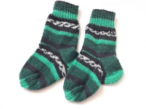 Wollsocken für Babys von 3 bis zu 6 Monaten handgestrickt in grün bunt geringelt     - Handarbeit kaufen