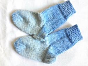 Wollsocken für Babys von 3 bis zu 4 Monaten handgestrickt  in hellblau geringelt    - Handarbeit kaufen