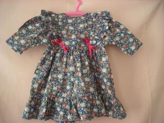 geblümtes Puppenkleid mit Rüsche an den Armansätzen für eine Größe von 50 bis 55 cm