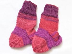 Babysocken für Neugeborene handgestrickt  in verschiedenen rot- lila Tönen    - Handarbeit kaufen