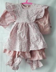 Babykleid altmodisch mit Schürze und Hose, mit Streublümchen  in Größe 62-68 - Handarbeit kaufen