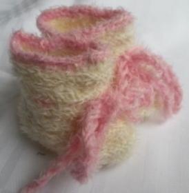 Babyschühchen handgestrickt in weiß, rosa umrandet für Neugeborene  - Handarbeit kaufen