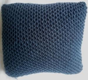 Kissen  liebevoll hergestellt mit Kissenfüllung in petrol mit Netzpatent gestrickt  - Handarbeit kaufen