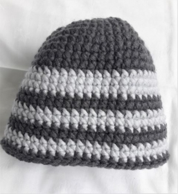 Wollmütze handgehäkelt dunkelgrau mit hellgrau geringelt in Größe M für Frauen und Männer  - Handarbeit kaufen
