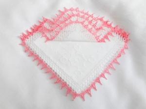 Einstecktuch, Ziertaschentuch handumhäkelt mit rosa und weißer  Spitze, ein besonderes  Accessoires  - Handarbeit kaufen