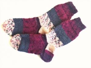 Wollsocken in Größe 30/31 handgestrickt lila, grau und beige gemustert für Mädchen und Jungen