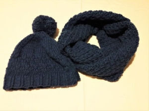 Loopschal mit Wollmütze und Bommel, handgestrickt, in dunkelblau in Größe M für Frauen und Männer  - Handarbeit kaufen