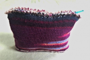 Häkeltäschen in lila mit gelb, rosa und hellblauen kleinen Streifen, vielseitig verwendbar   - Handarbeit kaufen