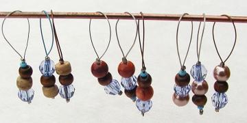 Selbst gefertigte Maschenmarkierer Septemberblues aus Holz-, Kunststoff-, Wachs- und Perlmuttperlen