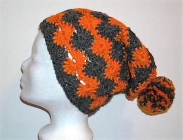 Gehäkelte Mütze - Beanie in grau und orange mit Bommel