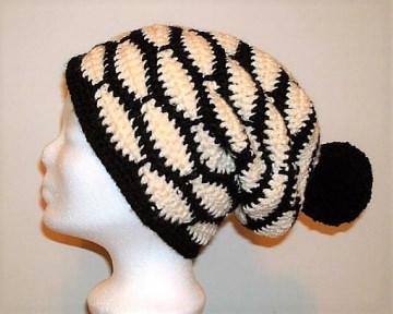 Gehäkelte Mütze - Beanie in schwarz und natur mit Bommel