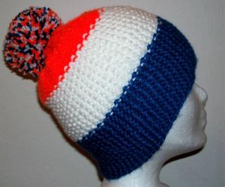 Handgestrickte Mütze - Beanie mit Bommel in blau, weiß und orange