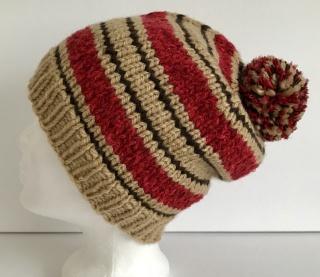 Handgestrickte Mütze - Beanie mit Bommel in beige und rot mit Lurexfaden