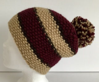 Handgestrickte Mütze - Beanie mit Bommel in beige und weinrot