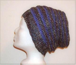 Handgestrickte Mütze - Beanie mit Wurmmuster lila und bunt