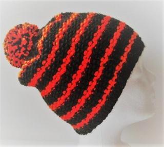 Handgestrickte Mütze - Beanie mit Bommel in schwarz und orange