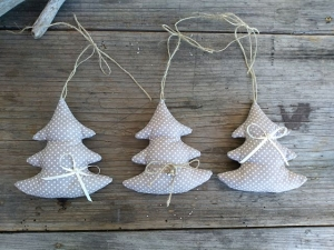Drei Weihnachtsbäume aus Baumwollstoff, mit Liebe genäht
