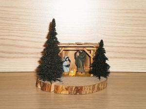 Mini Krippenstall auf Astscheibe mit handbemalten Figuren
