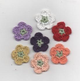 Häkelblumen in vielen Farben zum Aufnähen auf Kleidung oder Hinstreuen oder als Geschenk