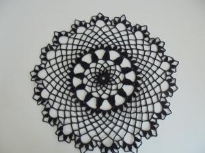 Handgefertigtes Häkeldeckchen in schwarz aus 100% Baumwolle-Baumwolle-Geschenk-handgehäkelt-Häkelarbeit-Deckchen-Weihnachten-Fest--gehäkelt-Tischschmuck (Kopie id: 100157445) (Kopi