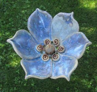 Keramik-Phantasie-Blüte, groß, frostfest, handgetöpfert, hellblau