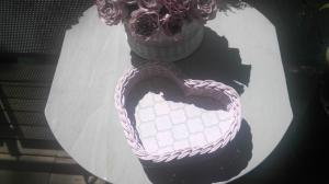 Handgeflochtener Korb aus Peddigrohr, Herzform , rosa mit mintfarbenen Wabenmuster - Handarbeit kaufen