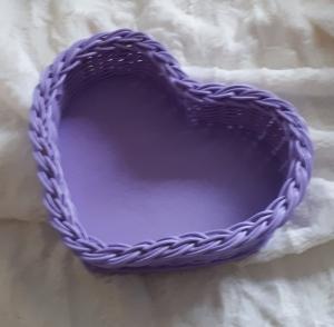 Handgeflochtener Korb aus Peddigrohr, Herzform , lila  - Handarbeit kaufen