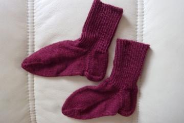 Handgestrickte Kindersocken aus Schurwolle in dunkelrot kaufen ~ Söckchen ~ Kuschelsöckchen ~ warme Füße - Handarbeit kaufen